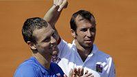 Radek Štěpánek (vpravo) ukazuje na Tomáše Berdycha, který zařídil tři body českému daviscupovému týmu v utkání proti