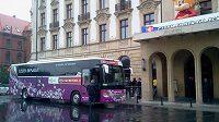 Autokar s českou reprezentací dorazil k vratislavskému hotelu Monopol.