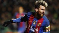 Lionel Messi oslavuje gól, který vstřelil Celtiku Glasgow.