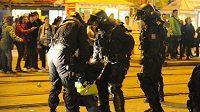 Policie pacifikuje jednoho z neposlušných brněnských fanoušků.