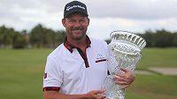 Německý golfista Alex Čejka pózuje s treofejí pro vítěze turnaje Puerto Rico Open v Rio Grande.
