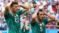 Němečtí fotbalisté Mario Gomez a Mats Hummels možná nevěří, že porážkou s Koreou pro obhájce prvenství šampionát skončil.
