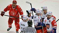 Hokejisté Tampere se radují ze vstřelení druhého gólu na ledě Třince. Vlevo přihlíží forvard Ocelářů Vladimír Dravecký.
