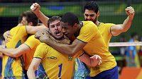 Brazilští volejbalisté se radují ze zlata.