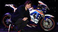 Motocyklový závodník Karel Abraham se svou novou motorku značky Honda.