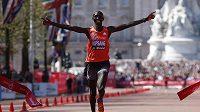 Wilson Kipsang z Keni se raduje z vítězství v londýnském maratónu.
