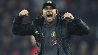 Italský manažer Chelsea Antonio Conte slaví úspěch londýnského týmu. Když uhraje titul, vrátí se v létě do Itálie?