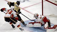 Český útočník Bostonu David Pastrňák překonává brankáře Calgary Mikea Smithe (41) v utkání NHL.