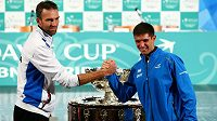 Chorvatský tenista Ivo Karlovič (vlevo) a Argentinec Federico Delbonis před finále Davisova poháru.