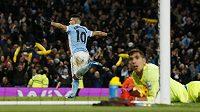 Útočník Manchesteru City Sergio Agüero překonal brankáře Evertonu Joela Roblese v odbetě Ligového poháru.