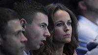 Manželka Andyho Murrayho Kim Searsová (vpravo) sleduje svého manžela na Turnaji mistrů.