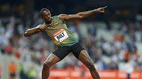 Tradiční radostné gesto Usaina Bolta po vítězství.