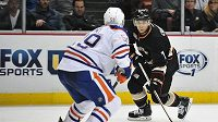 Útočník Anaheimu Cogliano (vpravo) se snaží přejít přes edmontonského soupeře Hunta. Právě v dresu Oilers vstoupil Cogliano do NHL.