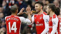 Fotbalisté Arsenalu slaví gól útočníka Oliviera Girouda (uprostřed) proti Aston Ville.