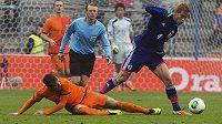 Rafael van der Vaart v nizozemském dresu (vlevo) se snaží připravit o míč Japonce Keisuke Hondu.