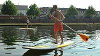 Paddleboarding si získává stále větší popularitu.