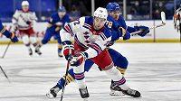 Český hokejista NY Rangers Filip Chytil (vpředu) ujíždí obránci Buffala Jacobovi Brysonovi v utkání NHL.