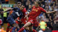 Nani z Manchesteru United (v tmavém dresu) zahrává míč před záložníkem Liverpoolu Lucasem.