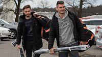 Jan Kolář (vpředu) a Tomáš Zohorna přicházejí na kemp hokejové reprezentace ve Velkých Popovicích.