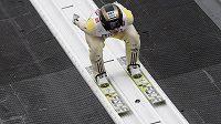 Skokan na lyžích Roman Koudelka při tréninku na středním můstku ve Falunu.