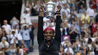Serena Williams pozvedla pohár pro vítězku US Open pošesté v kariéře.