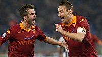 Francesco Totti (vpravo) se spoluhráčem Miralem Pjaničem gól do sítě Juventusu.