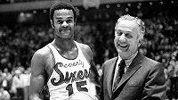 Člen basketbalové Síně slávy Hal Greer na snímku z roku 1971, kdy dosáhl v NBA hranice 20 000 bodů s majitelem Philadelphie 76ers Irvem Kosloffem.