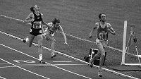 Olympijské finále běhu na 5000 metrů v roce 1976 v Montrealu: za vítězným Finem Lassem Virenem finišuje pro stříbro Novozélanďan Dick Quax, bronz si zajistil pádem do cíle Klaus Hildenbrand z bývalé NSR.