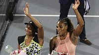 Sestry Venus (vlevo) a Serena Williamsovy po exhibičním utkání v Abú Zabí.