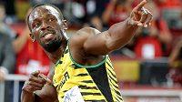 Usain Bolt oslavuje svůj triumf na stovce při MS v Pekingu.