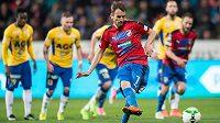 Plzeňský záložník Tomáš Hořava proměňuje penaltu proti Teplicím.