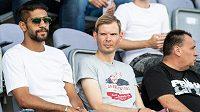 Nová posila Bohemians Abdulla Yusuf Helal (vlevo) sleduje utkání 1. kola Fortuna ligy se Slováckem.