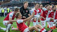 Fotbalisté Slavie Praha (zleva): Muris Mešanovič, Antonín Barák, Milan Škoda a Jiří Bílek oslavují vítězství nad Spartou.