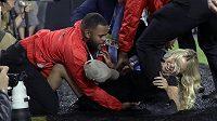 Dívku, která se během Super Bowlu pokusila vniknout na hřiště, rychle zpacifikovala ochranka.