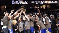 Basketbalisté Golden State urvali rozhodující vítězství na palubovce Clevelandu.