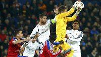 Brankář Basileje Tomáš Vaclík zasahuje před hráči Realu Madrid Sergiem Ramosem (s kapitánskou páskou) a Raphaelem Varanem. Vlevo je stoper Basileje Marek Suchý.