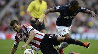 Obránce Sunderlandu Ondřej Čelůstka (vlevo) v souboji s Patricem Evrou z Manchesteru United.