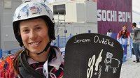 Snowboardistka Eva Samková se svým olympijským prknem.