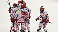 Třinečtí hokejisté slaví gól proti Mladé Boelslavi v utkání 38. kola Tipsport extraligy.