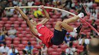 Český desetibojař Adam Sebastian Helcelet při skoku o tyči na mistrovství světa v atletice v Pekingu.