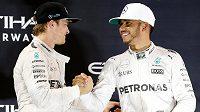 Smír rivalů...? Nico Rosberg (vlevo) přebírá mistrovské žezlo od Lewise Hamiltona.
