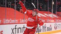 Český hokejový útočník Jakub Vrána slaví svou trefu v dresu Detroitu v utkání NHL proti Chicagu Blackhawks.