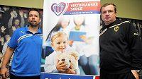 Kapitán plzeňských fotbalistů Pavel Horváth (vlevo) a kouč Pavel Vrba propagují charitativní akci Viktorie.