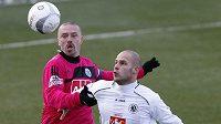 Tomáš Řepka v dresu Českých Budějovic (vlevo) bojuje o míč s hradeckým Tomášem Mrázkem.