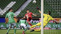 Kai Havertz z Leverkusenu (v červeném) překonává v utkání proti Brémám českého brankáře Jiřího Pavlenku.