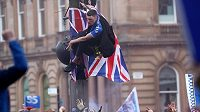 Fanoušci Rangers divoce slaví zisk titulu v ulicích Glasgowa.
