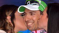 Domácí cyklista Stefano Pirazzi si užívá polibků hostesek po triumfu v 17. etapě Gira d´Italia.