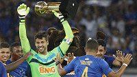 Brankář Cruzeira Fabio slaví se svými spoluhráči mistrovský titul v brazilské Serii A.