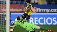 Záložník Sevilly Víctor Machín (ve žlutém dresu) střílí gól proti Liberci v zápase Evropské ligy.