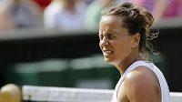 Neuvěřitelné. Česká tenistka Barbora Strýcová snad ani nechtěla sledovat, jak její soupeřka Serena Williamsová v semifinále Wimbledonu neomylně trefuje údery k lajnám.
